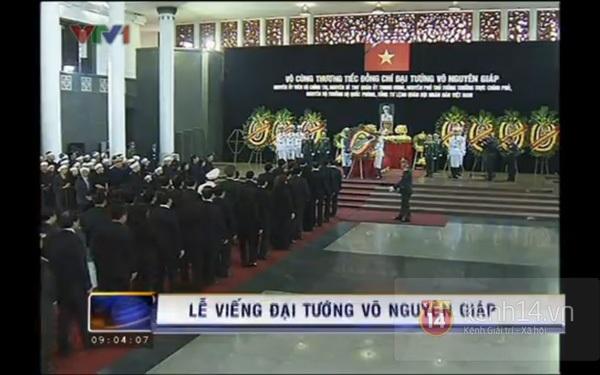 Hết giờ Lễ viếng Quốc tang, nhiều người dân vẫn xếp hàng vào viếng Đại tướng 38
