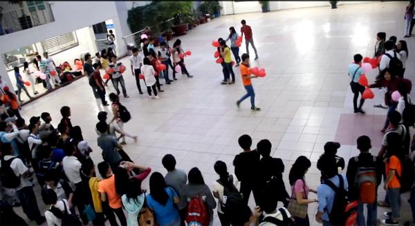 Sinh viên trường HUTECH thắp nến hình tim thổ lộ giữa sân trường 1
