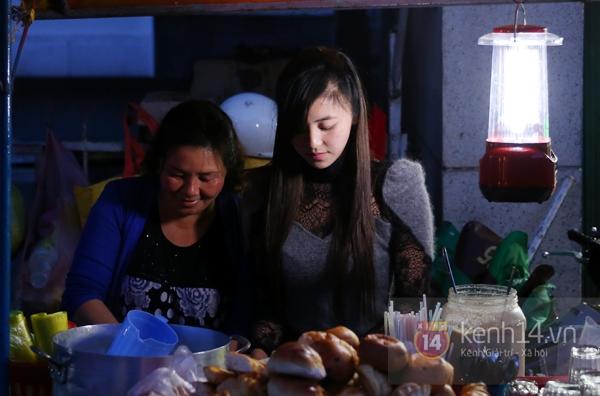 """Cận cảnh cuộc sống của """"hot girl bán bánh tráng trộn"""" gây bão cộng đồng mạng 13"""