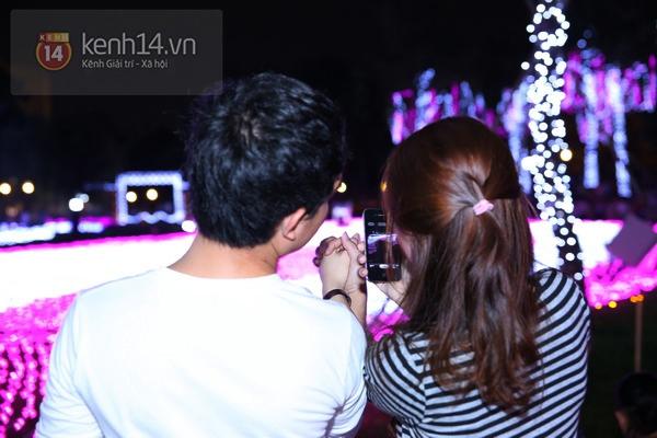 Sài Gòn: Ngỡ ngàng ngắm công viên sáng rực trong đêm với nửa triệu bóng đèn Led 12