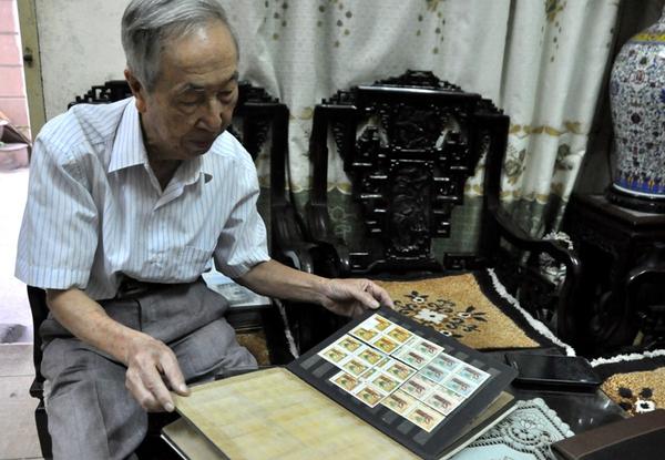 Xúc động cụ ông gần 90 tuổi vẫn miệt mài sưu tầm tem về Hà Nội 1
