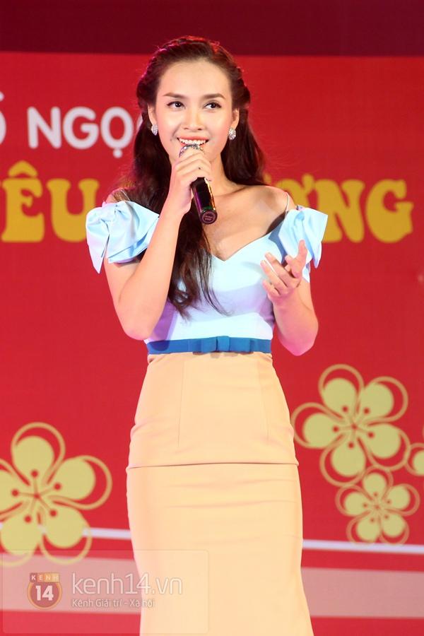 Hà Hồ... ngồi lên đùi Nguyễn Hồng Thuận  9