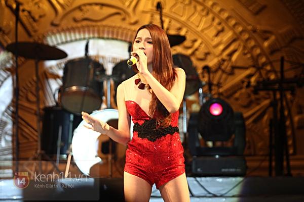 Lâm Chi Khanh, Hương Giang Idol đối lập trên sân khấu 5