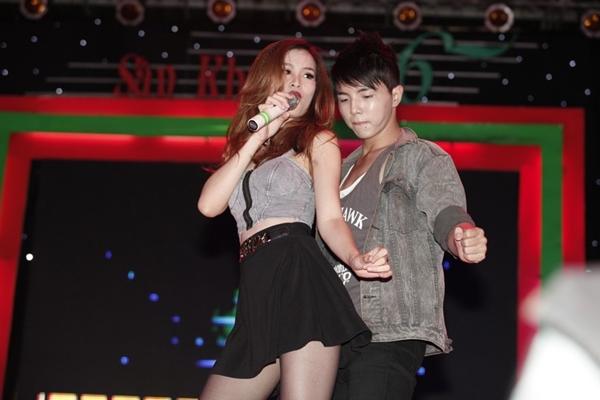 """Hà Hồ nhảy chân trần cực """"sung"""" trên sân khấu 16"""