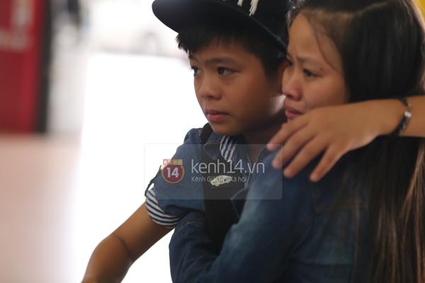 Quang Anh bịn rịn chia tay bạn bè và fan tại sân bay Tân Sơn Nhất 11
