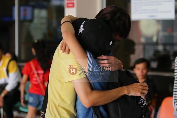 Quang Anh bịn rịn chia tay bạn bè và fan tại sân bay Tân Sơn Nhất 12