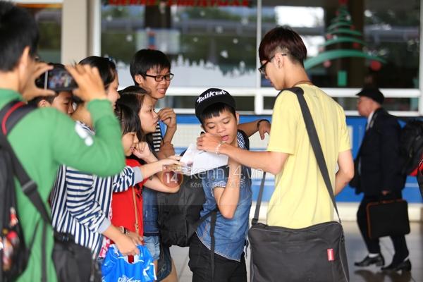 Quang Anh bịn rịn chia tay bạn bè và fan tại sân bay Tân Sơn Nhất 13
