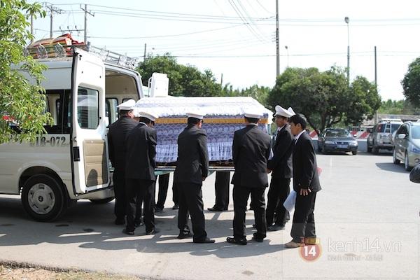 Đạo diễn Nguyễn Quang Dũng lau vội nước mắt sau lễ truy điệu của bố 18
