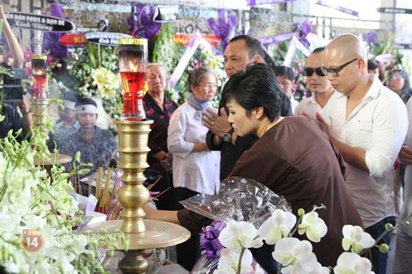 Đạo diễn Nguyễn Quang Dũng lau vội nước mắt sau lễ truy điệu của bố 37