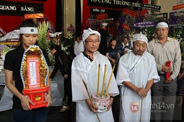 Đạo diễn Nguyễn Quang Dũng lau vội nước mắt sau lễ truy điệu của bố 8