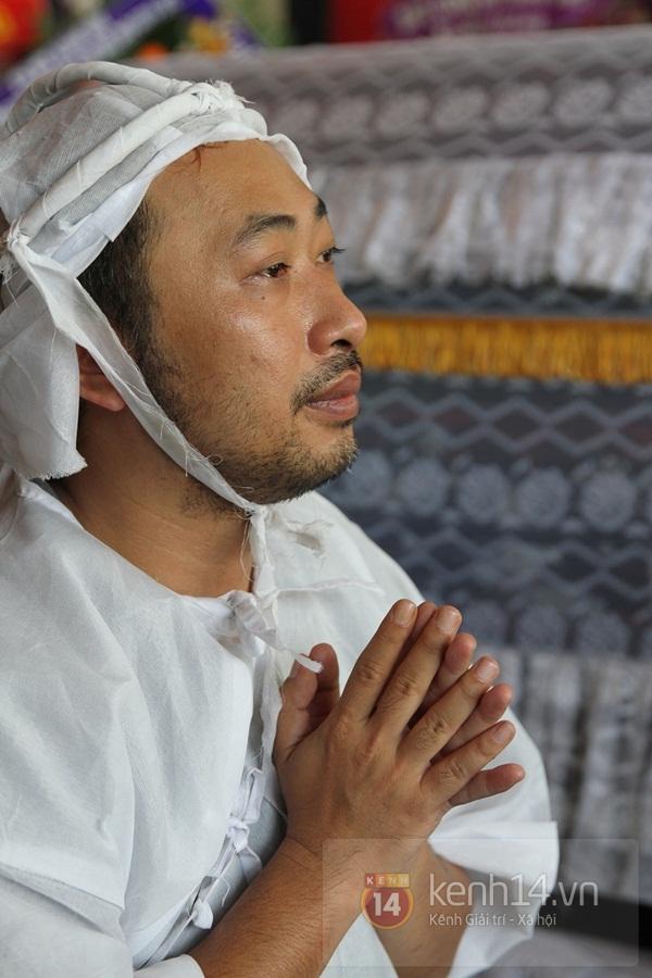 Đạo diễn Nguyễn Quang Dũng lau vội nước mắt sau lễ truy điệu của bố 30