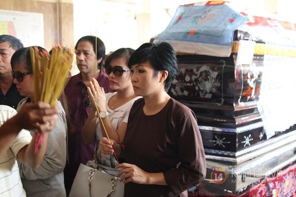 Đạo diễn Nguyễn Quang Dũng lau vội nước mắt sau lễ truy điệu của bố 24