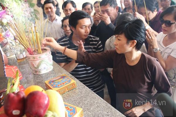 Đạo diễn Nguyễn Quang Dũng lau vội nước mắt sau lễ truy điệu của bố 25