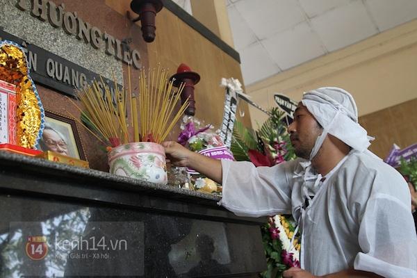 Đạo diễn Nguyễn Quang Dũng lau vội nước mắt sau lễ truy điệu của bố 21