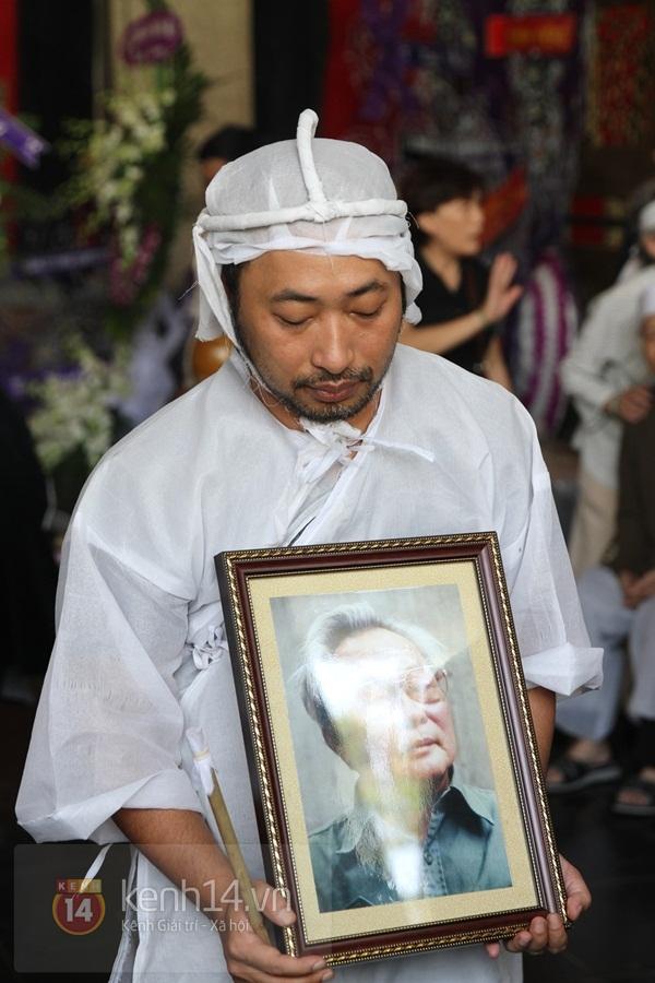 Đạo diễn Nguyễn Quang Dũng lau vội nước mắt sau lễ truy điệu của bố 9