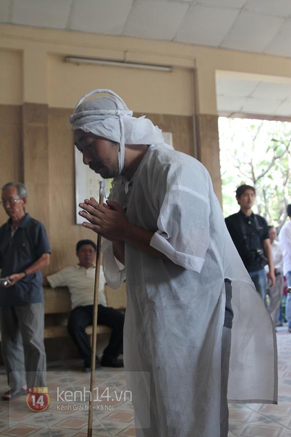 Đạo diễn Nguyễn Quang Dũng lau vội nước mắt sau lễ truy điệu của bố 22