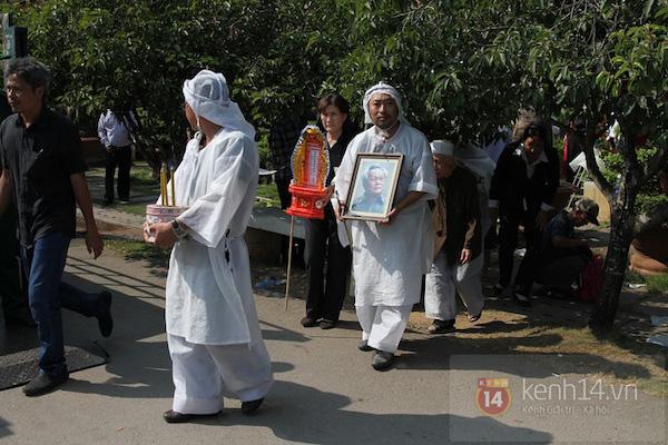 Đạo diễn Nguyễn Quang Dũng lau vội nước mắt sau lễ truy điệu của bố 19