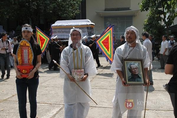 Đạo diễn Nguyễn Quang Dũng lau vội nước mắt sau lễ truy điệu của bố 11