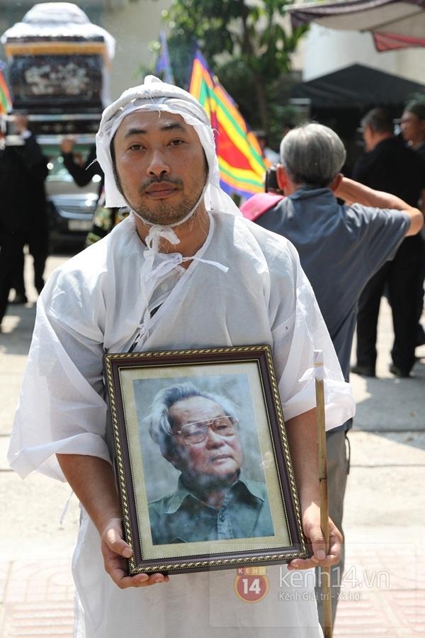 Đạo diễn Nguyễn Quang Dũng lau vội nước mắt sau lễ truy điệu của bố 10