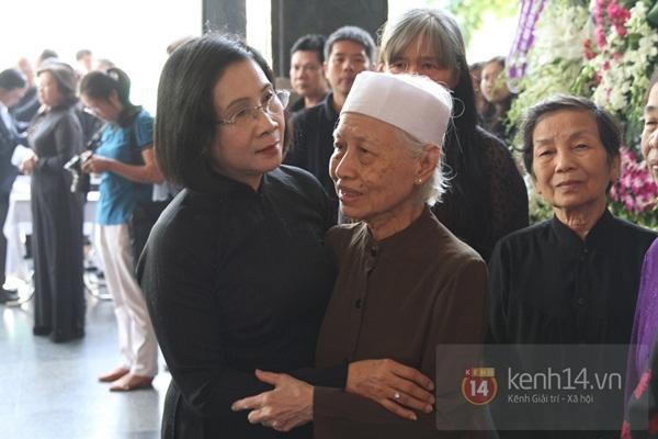 Đạo diễn Nguyễn Quang Dũng lau vội nước mắt sau lễ truy điệu của bố 39
