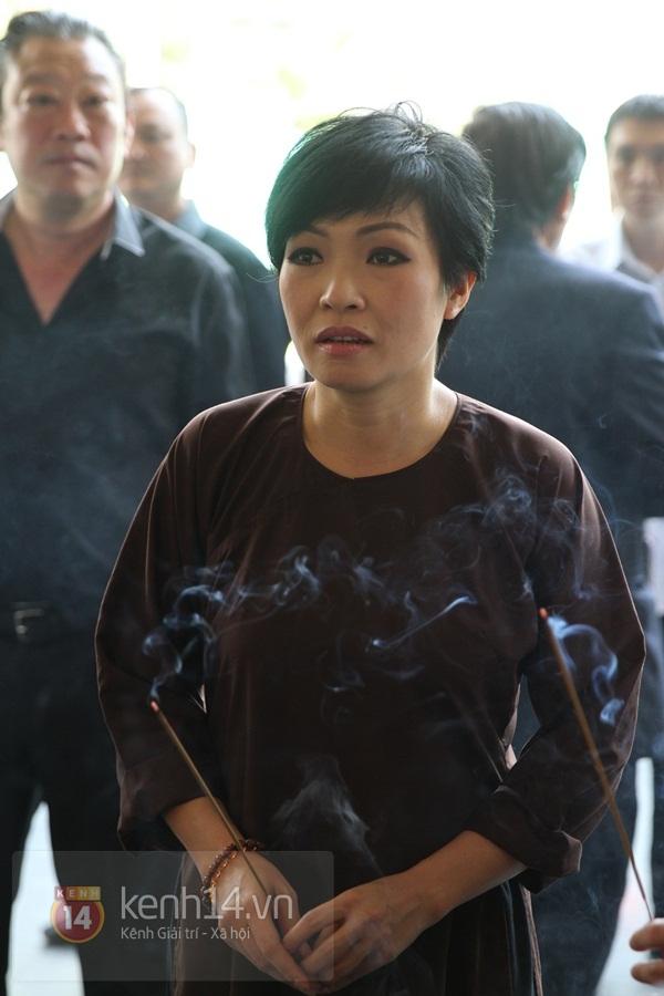 Đạo diễn Nguyễn Quang Dũng lau vội nước mắt sau lễ truy điệu của bố 36