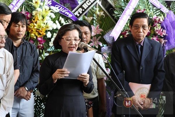 Đạo diễn Nguyễn Quang Dũng lau vội nước mắt sau lễ truy điệu của bố 1