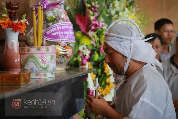 Đạo diễn Nguyễn Quang Dũng lau vội nước mắt sau lễ truy điệu của bố 23