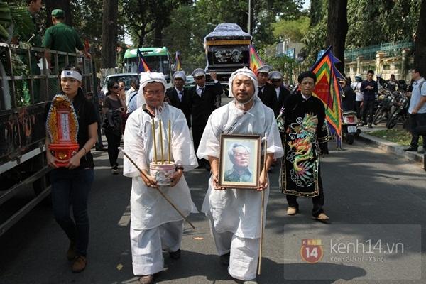 Đạo diễn Nguyễn Quang Dũng lau vội nước mắt sau lễ truy điệu của bố 12
