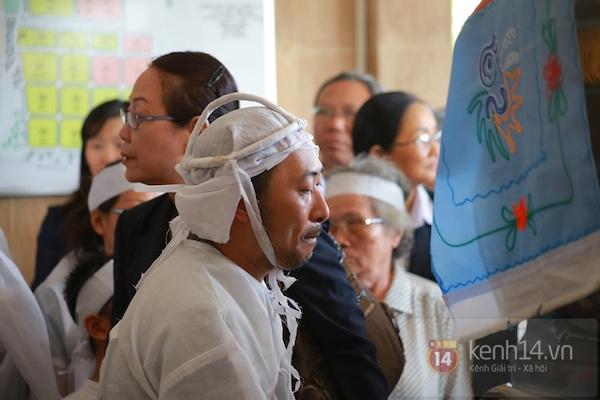 Đạo diễn Nguyễn Quang Dũng lau vội nước mắt sau lễ truy điệu của bố 26