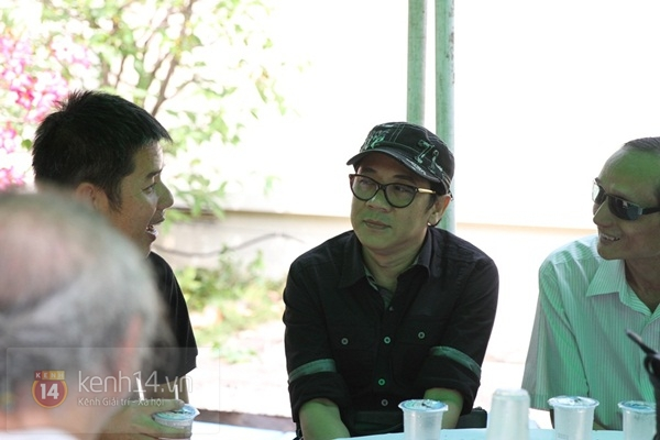 Đạo diễn Nguyễn Quang Dũng lau vội nước mắt sau lễ truy điệu của bố 40