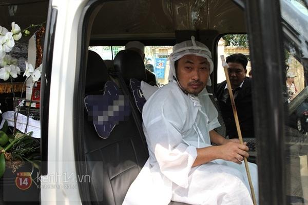 Đạo diễn Nguyễn Quang Dũng lau vội nước mắt sau lễ truy điệu của bố 14