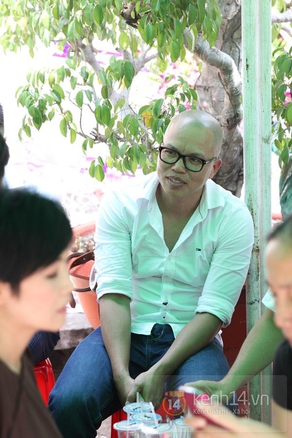 Đạo diễn Nguyễn Quang Dũng lau vội nước mắt sau lễ truy điệu của bố 41