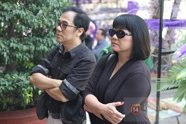 Đạo diễn Nguyễn Quang Dũng lau vội nước mắt sau lễ truy điệu của bố 6