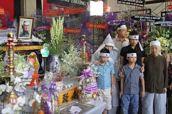 Đạo diễn Nguyễn Quang Dũng lau vội nước mắt sau lễ truy điệu của bố 33