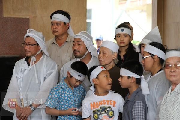 Đạo diễn Nguyễn Quang Dũng lau vội nước mắt sau lễ truy điệu của bố 27