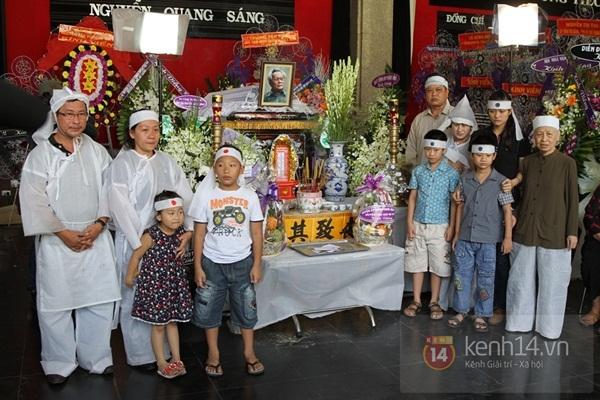 Đạo diễn Nguyễn Quang Dũng lau vội nước mắt sau lễ truy điệu của bố 34