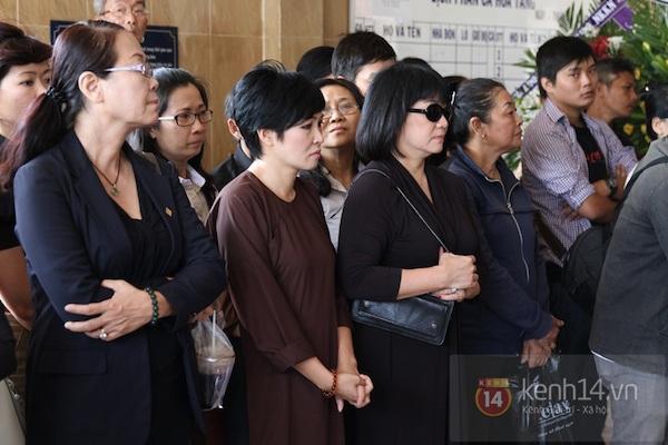 Đạo diễn Nguyễn Quang Dũng lau vội nước mắt sau lễ truy điệu của bố 28
