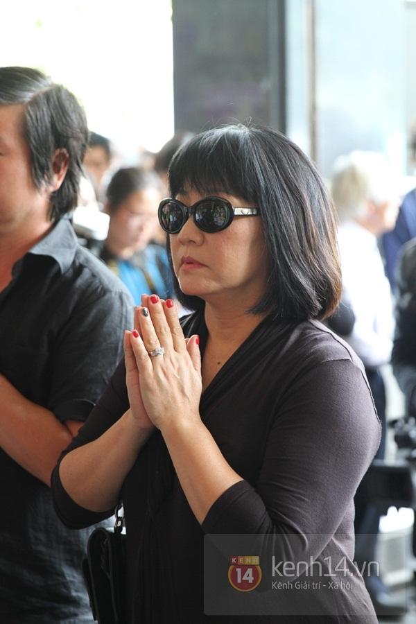 Đạo diễn Nguyễn Quang Dũng lau vội nước mắt sau lễ truy điệu của bố 7