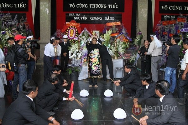 Đạo diễn Nguyễn Quang Dũng lau vội nước mắt sau lễ truy điệu của bố 3