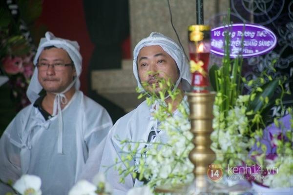 Đạo diễn Nguyễn Quang Dũng lau vội nước mắt sau lễ truy điệu của bố 31