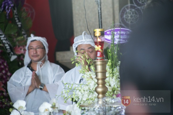 Đạo diễn Nguyễn Quang Dũng lau vội nước mắt sau lễ truy điệu của bố 32