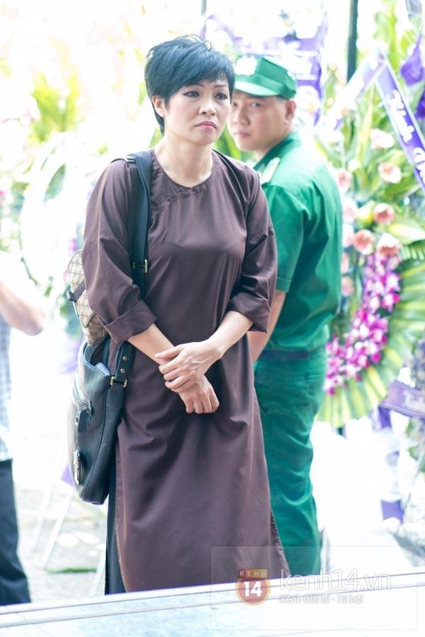 Đạo diễn Nguyễn Quang Dũng lau vội nước mắt sau lễ truy điệu của bố 35