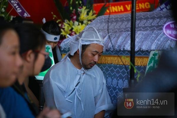 Đạo diễn Nguyễn Quang Dũng lau vội nước mắt sau lễ truy điệu của bố 4