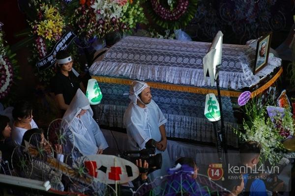 Đạo diễn Nguyễn Quang Dũng lau vội nước mắt sau lễ truy điệu của bố 5