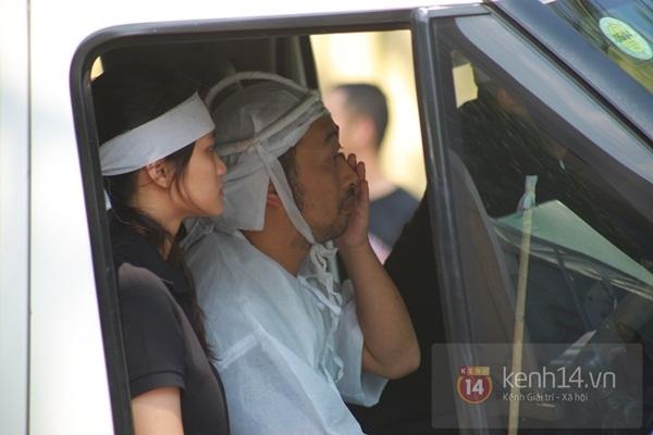 Đạo diễn Nguyễn Quang Dũng lau vội nước mắt sau lễ truy điệu của bố 15