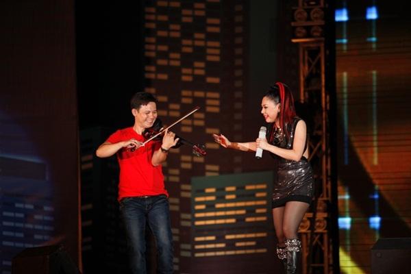 Quang Dũng - Thanh Thảo hôn nhau say đắm trên sân khấu 15