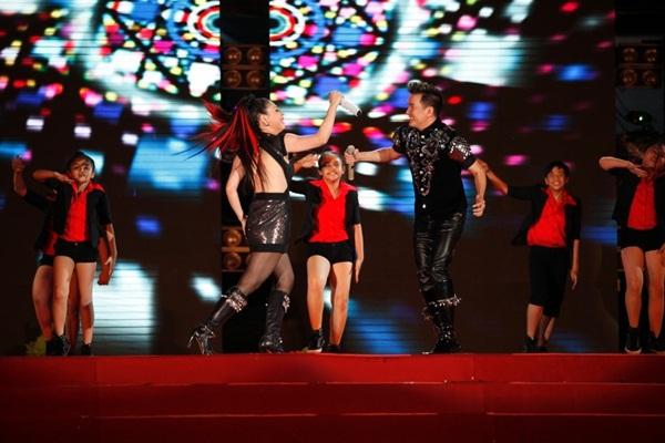 Quang Dũng - Thanh Thảo hôn nhau say đắm trên sân khấu 16