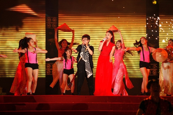 Quang Dũng - Thanh Thảo hôn nhau say đắm trên sân khấu 24