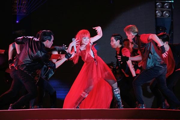 Quang Dũng - Thanh Thảo hôn nhau say đắm trên sân khấu 11