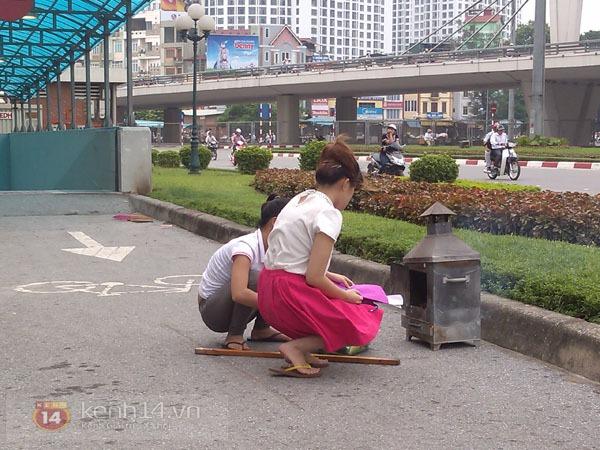 """Phố Hà Nội nghi ngút khói vì đốt vàng mã trong ngày """"Xá tội vong nhân"""" 2"""